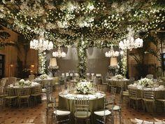 Confira a decoração luxuosa de Vic Meirelles para um casamento verde e branco.
