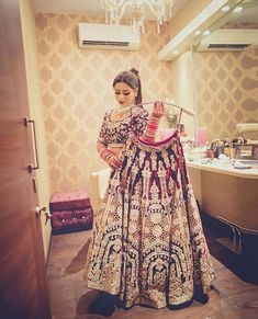 Latest bridal lehenga photoshoot ideas for the Indian brides. Such trending bridal poses are the inspiration for this wedding season. Indian Bridal Outfits, Indian Bridal Wear, Pakistani Bridal, Punjabi Bride, Pakistani Dresses, Indian Wear, Bridal Poses, Bridal Photoshoot, Bridal Shoot