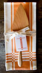 blue hill market MADE FROM. pie server from Jonathan's Spoons is handcrafted cherry wood. Easy as Pie tea towel from Studiopatró is 100 percent linen fabric No better way to serve up your mother's pie. Tea Towel by Pie Server long Blue Hill Farm, Kitchen Gadgets, Spoons, Tea Towels, Linen Fabric, Packaging Design, Cherry, Pie, Marketing