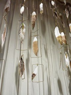 Make A Guilded Feather Wall Decor Feather Crafts, Feather Art, Feather Garland, Diy Craft Projects, Diy And Crafts, Arts And Crafts, Farm Crafts, Anthropologie Display, Paper Feathers