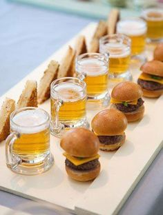 Mini Burgers and Beer Cute! Mini Burgers and Beer Wedding Appetizers, Mini Appetizers, Appetizer Ideas, Wedding Snacks, Fun Canapes, Wedding Canapes, Wedding Foods, Healthy Appetizers, Appetizer Display