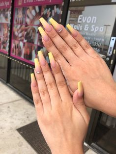 The advantage of the gel is that it allows you to enjoy your French manicure for a long time. There are four different ways to make a French manicure on gel nails. Perfect Nails, Gorgeous Nails, Pretty Nails, Hair And Nails, My Nails, Fire Nails, Dream Nails, Cute Acrylic Nails, Yellow Nails