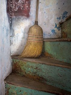 straw broom, love the wall and stairs Straw Broom, Brooms And Brushes, Whisk Broom, Howls Moving Castle, Wabi Sabi, Belle Photo, Stairways, Faeries, Decoration
