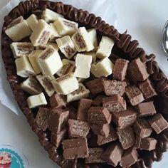 A imagem pode conter: sobremesa, comida e área interna Twix Chocolate, I Love Chocolate, Easter Chocolate, Chocolate Lovers, Chocolates, Tumblr Food, Easter Treats, Easter Eggs, Cake Recipes