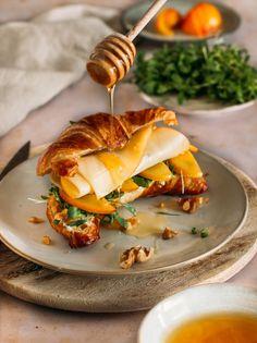 @sarahfel nous inspire avec une recette sucrée-salée, idéale pour un petit-déjeuner tardif : un croissant croustillant garni de Fol Epi et de mirabelles fondantes avec une touche de miel. Qui est partant pour essayer cette recette ?
