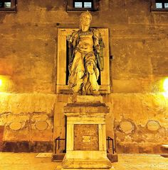 Um anjo do Castelo Sant'Angelo! A visita noturna é espetacular! Acontece somente durante o verão! .