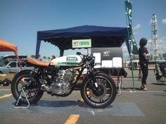 酒   レーサー    (Sake Racers): yamaha sr 400/500 caferacer. I love the tank paint scheme