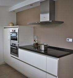witte hoogglans keuken met taupe muur | Stylist en Interieurontwerper www.stijlidee.nl