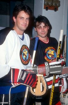 Canadian-American actor Matthew Perry and American actor Matt LeBlanc. Canadian-American actor Matthew Perry and American actor Matt LeBlanc pose for a portrait during the Homeless 4 Hockey Charity Friends Cast, Friends Moments, Friends Series, Friends Tv Show, Friends Actors, Chandler Friends, Chandler Bing, Courteney Cox Friends, American Actors Male