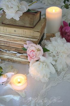 Beautiful old books & candle vignette~❥ I love to make table setting and decorations for events Romantic Cottage, Shabby Cottage, Shabby Chic Decor, Vintage Home Decor, Simply Beautiful, Beautiful World, Beautiful Moments, Bougie Partylite, Book Flowers