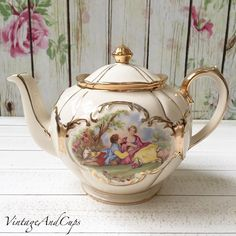Idr 2.900 Sadler round shape teapot in very good condition.