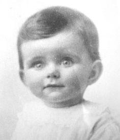 Kathleen Agnes Kennedy as an infant, circa 1920. ❤❁❤❁❤❁❤❁❤❁❤ http://en.wikipedia.org/wiki/Kathleen_Cavendish,_Marchioness_of_Hartington http://www.jfklibrary.org/JFK/The-Kennedy-Family/Kathleen-Kennedy.aspx