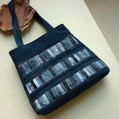 Džíska čárově zakódovaná Originální kabelka z tmavomodré recyrifloviny. V kabelce jsou zakomponovány kapsy z původních džín (celkem 7 kapes a kapsiček). Přední strana je dozdobená krásně patinovanými poutky v různých odstínech modré, vytvářejícími efekt čárového kódu. Kabelka je uzavíratelná na suchý zip, je podlepená vliselinem a vyztužená vatelínem ...