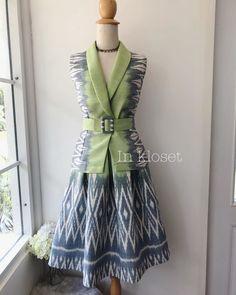 ในภาพอาจจะมี ผู้คนกำลังยืน Batik Dress, Silk Dress, Dress Skirt, Dress Batik Kombinasi, Thai Fashion, Batik Fashion, Sophisticated Outfits, Thai Dress, Gala Dresses