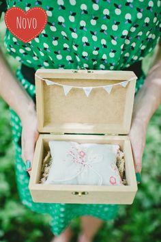 Porta Alianças - Amor Contém: Caixinha de madeira no tamanho 16 x 11 cm, almofadinha para alianças 12 x 9 cm, e varal com bandeirinhas.