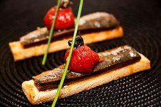 Sardina macerada en pan de sésamo con tomate semiseco y burrata