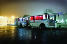 """Bus der Heilsarmee in Norwegen, mit dem vor allem Obdachlosen auf Oslos Straßen geholfen wird. Der Innenausbau des Busses ist direkt an den bekannten Ausspruch """"Suppe, Seife, Sellenheil"""" angelehnt: Im hinteren Bereich des Busses befindet sich eine Suppenküche. Der mittlere Eingang führt zu einem kleinen Badezimmer mit Dusche. Der vordere Teil des Busses ist bequem eingerichtet und lädt zum Verweilen ein -- wer möchte, kann hier auch Gebet und Seelsorge in Anspruch nehmen."""