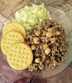 Carne molida de pavo con garbanzos, lechuga y galletas de vegetales