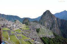 Machu Picchu est la première destination touristique du Pérou. Il se dresse à 2 350 m d'altitude. Machu Picchu is the first tourist destination of Peru. Is located at 2 350 m altitude Machu Picchu es el primer destino turístico del Perú. Se encuentra a 2 350 m de altitud.