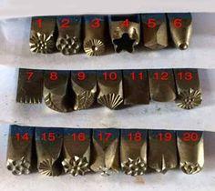Se trata de un vintage diseño conjunto de sello de metal, vienen con 20 sellos. Usted puede usar este sistema para crear su propio diseño, dará a su obra un estilo vintage. cada uno apx largo 7,8 cm. la cabeza de sello es cerca de 3 ~ 6MM y puede martillo en plata de ley.