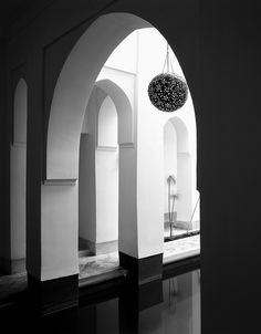 Black and white contrast. Moroccan arches in a Marrakesh home.