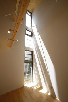 目黒区にある自然光の採光や風通しを考慮したデザイン住宅の作品事例です。吹き抜けのある開放的なリビングが気持ち良い空間設計のデザイン住宅です。 My House, Stairs, Loft, Furniture, Home Decor, Stairway, Decoration Home, Room Decor, Staircases