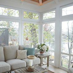 大容量のかごもコーヒーテーブルとして使うと重宝しますね。テーブルの空間に収納もできるわけですから、とても機能的です。かごなので、ナチュラルな雰囲気を演出しています。窓から見える自然の景色とよくマッチしています。