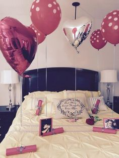 cama enfeitada com balões, cartas e fotos