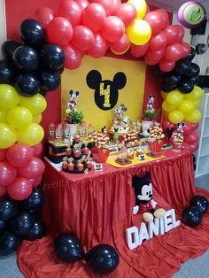 Cumpleaño de mickey mouse Decoración con globos y mesa de dulce/candy buffet y piñata artesanal Fiesta Mickey Mouse, Mickey Mouse Clubhouse Birthday, Mickey Birthday, Birthday Parties, Mickey Mouse Birthday Decorations, Mickey 1st Birthdays, Mickey Mouse Parties, Mickey Halloween Party, Mickey Party