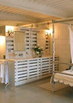 Une salle de bain habillée avec des palettes en bois