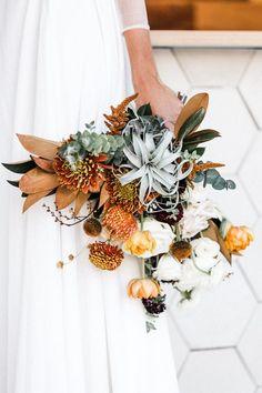 We Love This Desert Chic Palm Springs Wedding - .- Wir lieben diese Wüste Chic Palm Springs Hochzeit – We love this desert chic Palm Springs wedding – - Fall Wedding Flowers, Wedding Flower Arrangements, Spring Wedding, Wedding Centerpieces, Floral Wedding, Wedding Colors, Wedding Bouquets, Tall Centerpiece, Flower Bouquets