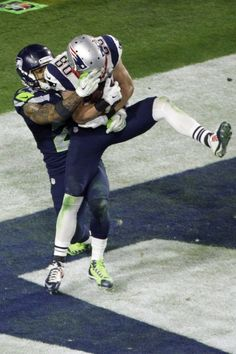 New England Patriots wide receiver Danny Amendola (80) makes a touchdown catch against Seattle Seahawks free safety Earl Thomas (29) during the second half of NFL Super Bowl XLIX football game Sunday, Feb. 1, 2015, in Glendale, Ariz.