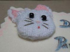 Una de mis tarjetas de tiempo atrás, una carita de gato con retazo de tela e hilo.