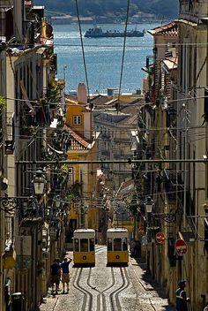 Ascensor da Bica, Lisboa, Portugal http://aguiaturistica.blogspot.pt/