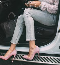 ripped jeans, tricot pastel pink sweater, pink christian louboutin pumps So Kate, car, street fashion