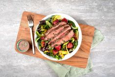 More than just leafy greens, this beef steak salad recipe has substantial staying-power, built on economical Marinating Steak that's been grilled and cut into thin slices. Beef Flank, Beef Steak, Easy Diner, Roasted Strawberries, Berry Salad, Marinated Steak, Steak Salad, Sandwiches For Lunch, Salad Ingredients
