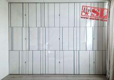 Inbouwkast met deuren van hoogglans HPL. Afmetingen: 352 x 265 x 60 cm. (BxHxD). Op maat gemaakt. Op de deuren zijn streepjes van verschillende breedten en vormen gefreesd, en naar kleurwens van de klant geschilderd. De kast heeft 18 deuren, en legplanken. Info: info@atelier-sl.nl en www:atelier-sl.nl