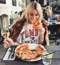 pizza and wine Pizza Girls, Foto Fashion, Food Photo, Food Inspiration, Love Food, Cravings, Food And Drink, Yummy Food, Lunch