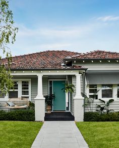 Exterior transformations are a great way to rejuvenate your home. Create a lasting impression with Dulux WeathershieldTM and popular exterior colour schemes. House Exterior Color Schemes, Paint Color Schemes, House Paint Exterior, Exterior Paint Colors, Dream House Exterior, Paint Colours, Exterior Homes, Weatherboard Exterior, Grey Exterior