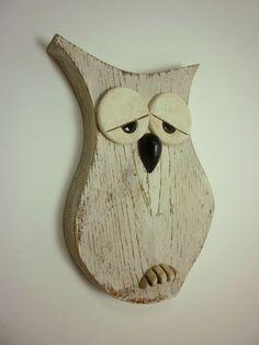 Gufo realizzato in legno di abete trattato con effetto shabby chic ed inserti in ceramica smaltata Barn Wood Crafts, Pallet Crafts, Wooden Crafts, Wood Craft Patterns, Wooden Owl, Wood Animal, Small Wood Projects, Owl Crafts, Christmas Wood