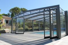Abri haut angulaire indépendant Swimming Pool Enclosures, Swimming Pool Landscaping, Swimming Pool Designs, Indoor Pools, Moderne Pools, Amazing Swimming Pools, Luxury Modern Homes, Patio Shade, Fancy Houses