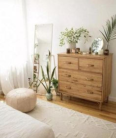 Minimal organic feeling bedroom vibe with oak dresser, indoor plants, standing m. - nā mea maikaʻi a pau - decor diy gold Minimal organic feeling bedroom vibe with oak dresser, indoor plants, standing m. - nā mea maikaʻi a pau - Ich Folge Urban Outfiters Bedroom, Bedroom Dressers, Bedroom Furniture, Furniture Layout, Mirror In Bedroom, Luxury Furniture, Mirror House, Furniture Logo, Steel Furniture
