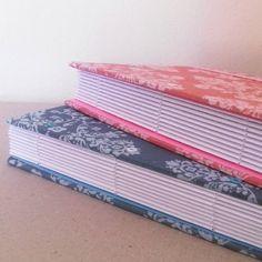 Capas e folhas perfuradas. Vamo q vamo! Produção não pode parar! 😊  #cadernosartesanais #papelariaartesanal #feitoàmão #papelaria #encadernaçãomanualartística #produtosartesanais #bookbinding #binding #notebooks #handbooks #stationery #handmade #handcraft #crafts