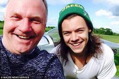 Nick Jeffries, an instructor who gave lessons to the One Direction singer after he dated his daughter (pictured together), was killed instantly in the crash in Cwmbach, near Builth Wells, Powys. Harry Styles 2015, Harry Styles Smile, Harry Styles Funny, Harry Styles Imagines, Harry Styles Photos, Harry Edward Styles, One Direction Singers, How To Do Splits, Louis And Harry