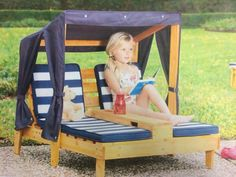 Kids sun lounger made from pallets. Love the canopy too <3