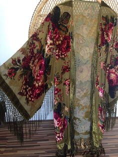 Gorgeous green kimono jacket cover yourself in a gorgeous jacket smothered in… Gypsy Style, Boho Gypsy, Hippie Style, Hippie Boho, Bohemian Style, My Style, Green Kimono, Boho Kimono, Floral Kimono