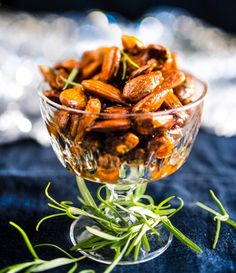 Almonds seasoned with chili. Delicious with mulled vine. Maustetut joulumantelit, resepti – Ruoka.fi