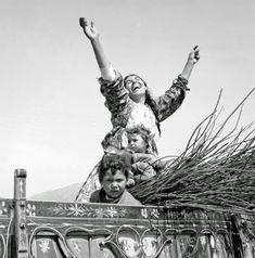 Φθιώτιδα, δεκαετία 1970 Φωτογραφία. Ζαχαρίας Στέλλας Φωτογραφικό Αρχείο Μουσείου Μπενάκη Greece Pictures, Famous Photographers, Vintage Pictures, Statue Of Liberty, Black And White, Movie Posters, Travel, Mothers, Lord