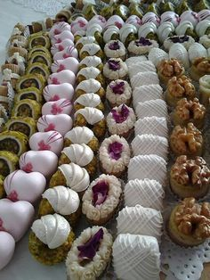 INSPIRACE NA ZDOBENÍ Arabic Sweets, Indian Sweets, Arabic Food, Christmas Sweets, Christmas Baking, Patisserie Fine, Pastry Display, Czech Recipes, Novelty Cakes