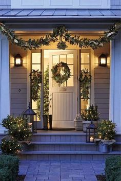 Time to plan your Christmas porch decor. Today we have some festive inspiration to help you decorate the best Christmas porch ever. Easy Christmas Porch Decor Id… Christmas Fairy Lights, Christmas Front Doors, Noel Christmas, Winter Christmas, Christmas Garlands, Christmas Entryway, Christmas Outdoor Lights, Exterior Christmas Lights, Simple Christmas